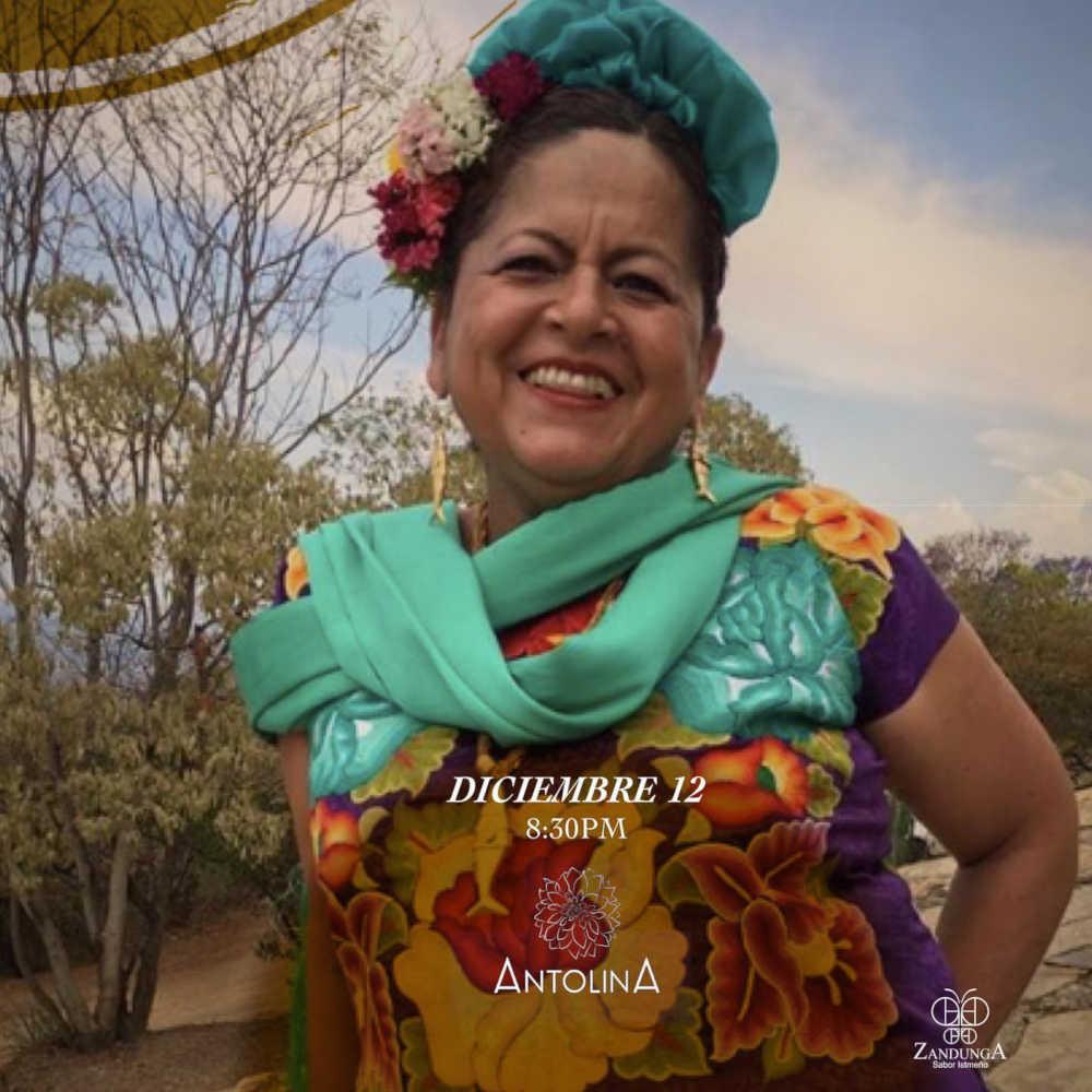 Aurora Toledo vestida con el traje típico del istmo Oaxaqueño, de su marca Zandunga Huipil istmeño.