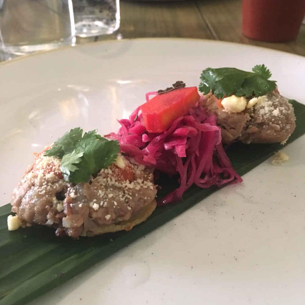 Garnachas istmeñas hechas con maíx criollo, ligeramente fritas con carne de res, salsa de tomate y queso seco del istmo de Tehuantepec
