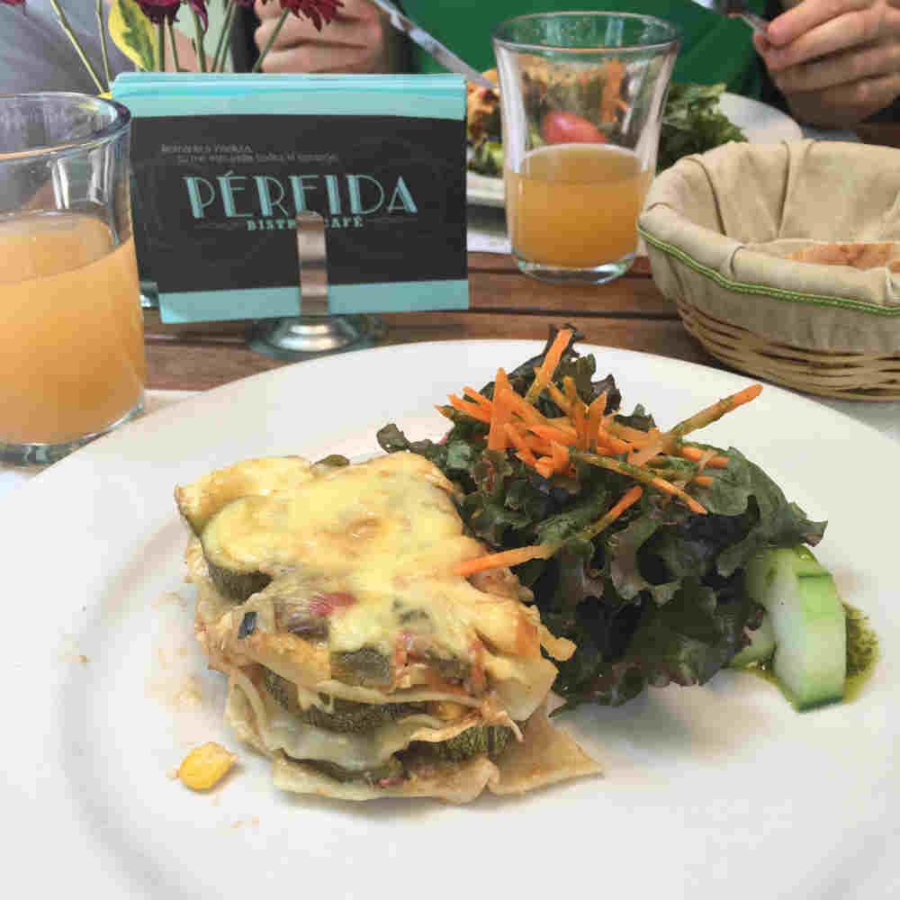 Lasaña de verduras con ensalada en el restaurante Pérfida Bistró en la Condesa