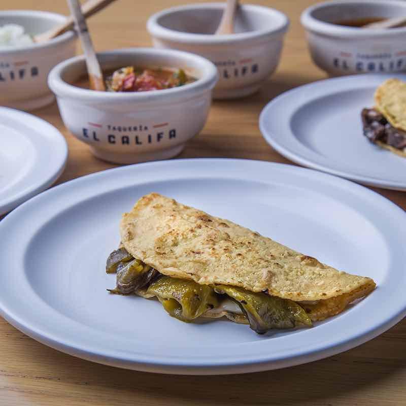 Quesadilla de rajas con queso oaxaca y variedad de salsas para acompañar, del restaurante El Califa en la Condesa