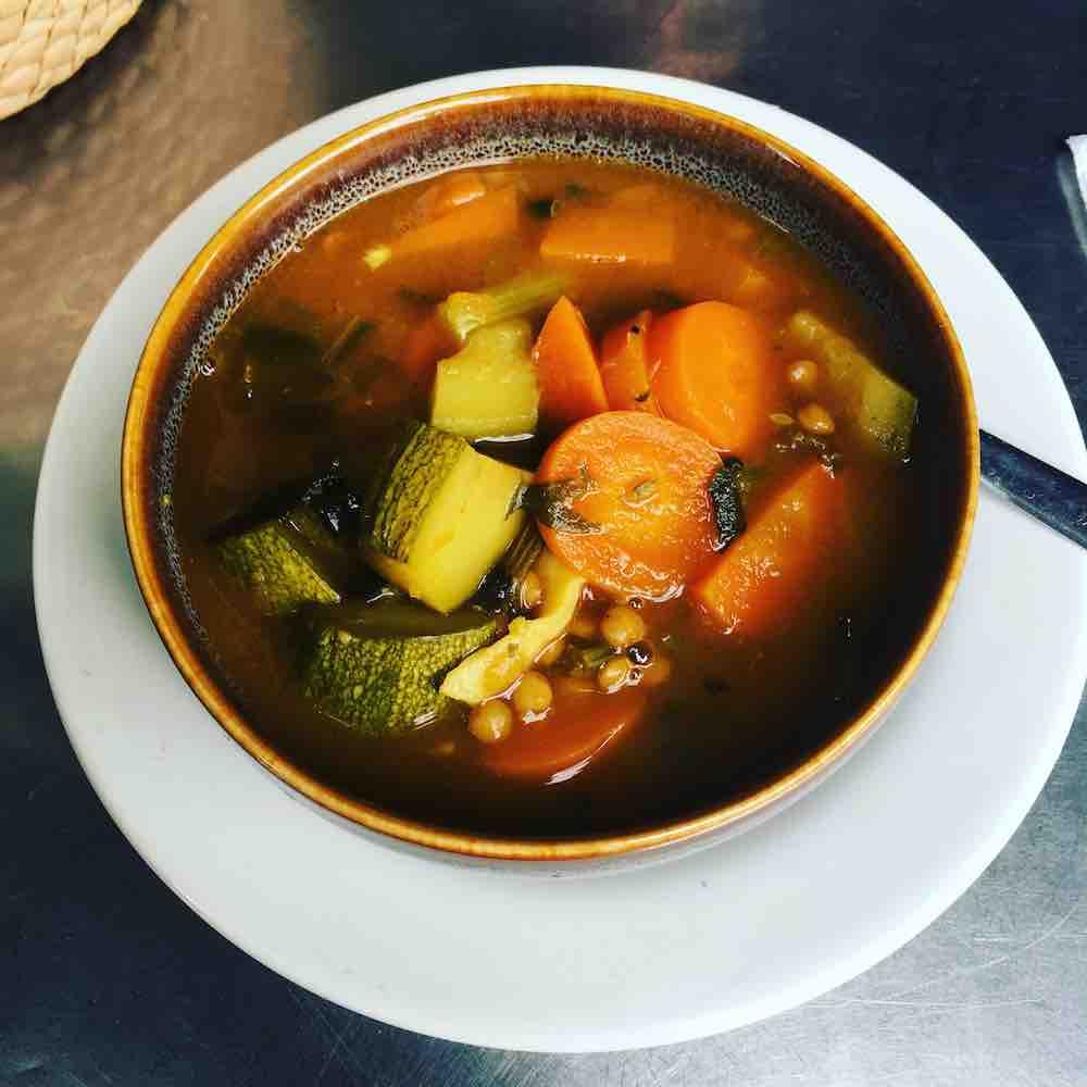 Sopa de verduras con calabacita, zanahoria, lentejas y apio del restaurante Flora Lounge en la Condesa