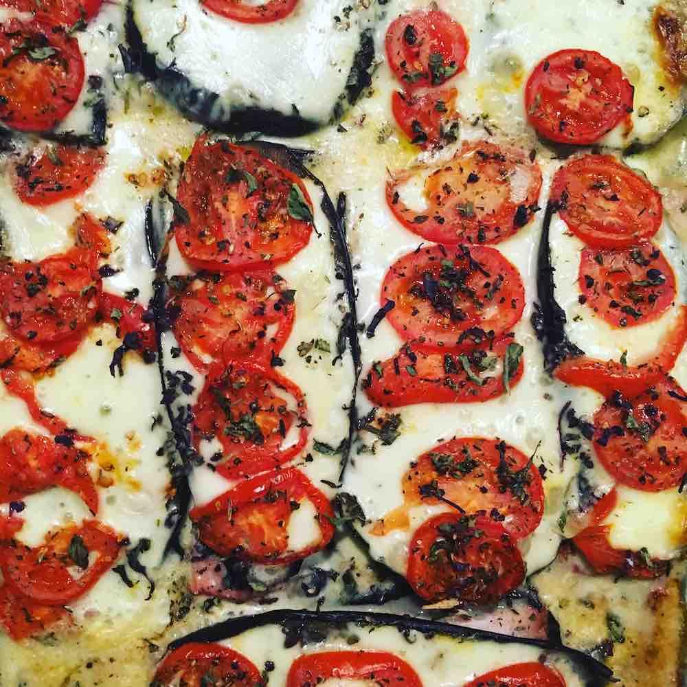 Lasaña de berenjenas con pechuga de pavo ahumada, queso panela, tomate rojo laminado y un toque de albahaca, al horno