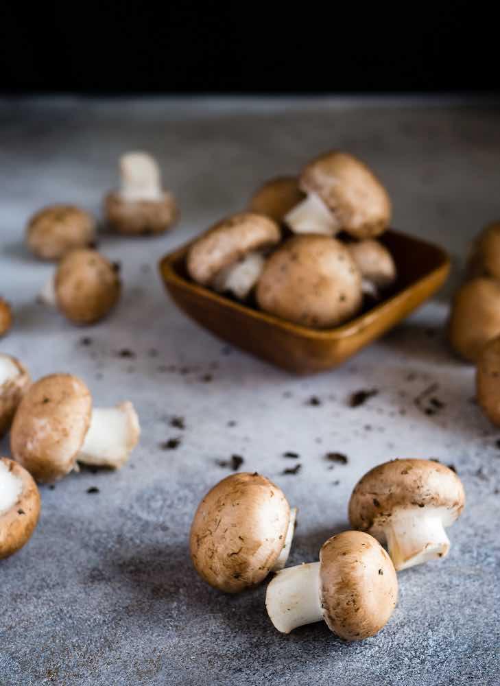 Foto de unos champiñones comunes o setas de París, listos para ser cocinados