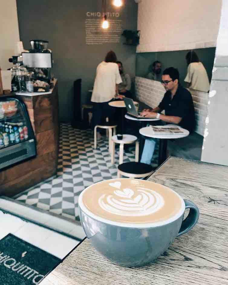 Taza de café en la terraza de Chiquitito Condesa