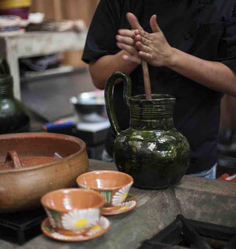 Preparando chocolate de forma artesanal en Pasillo de Humo