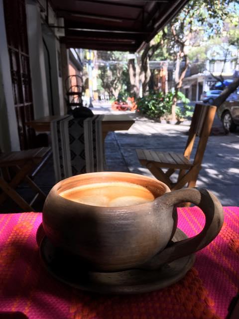 Taza artesanal con chocolate en la chococafetería Región Condesa