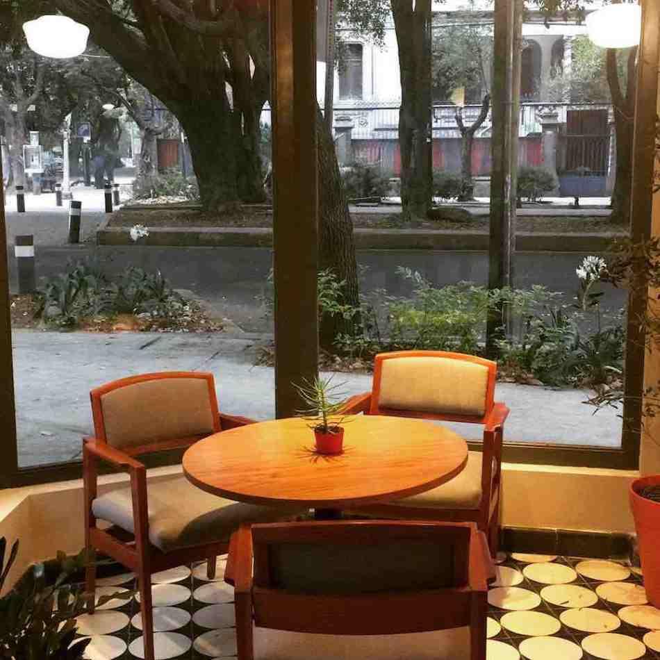 Foto de una de las mesas de la chocolatería y cafetería Tout Chocolat